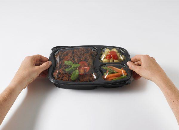 Image - Plat dans contenant et mains